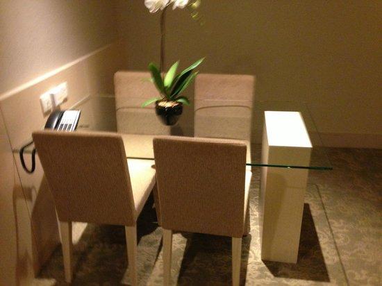 Holiday Inn Singapore Atrium: Dining area room of suite