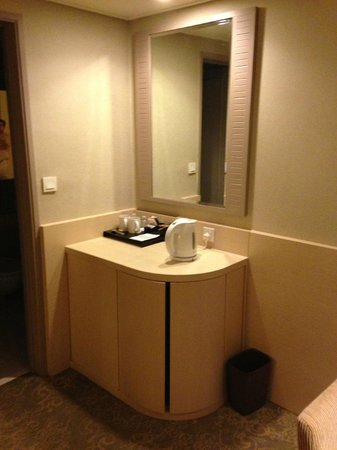 Holiday Inn Singapore Atrium: Nook and mini bar of suite