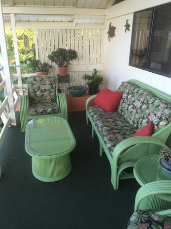 Hale Ho'ola B&B : reading and relaxation  nook on the upstairs lanai