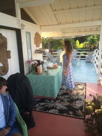 Hale Ho'ola B&B : It takes a lot to wake up teenagers - the buffet is about to be loaded !