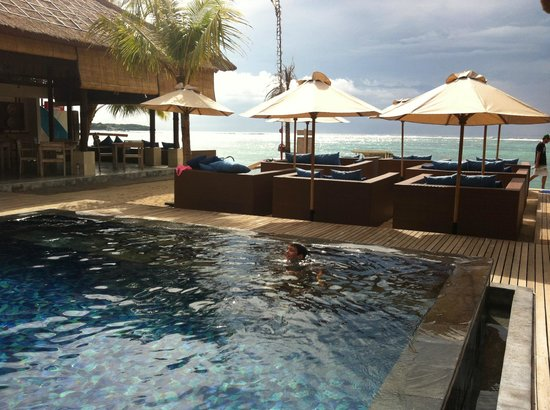 Lembongan Beach Club and Resort: View from pool through to Shipwrecks surf break