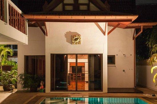 Rom-Yen Guest House: House entrance