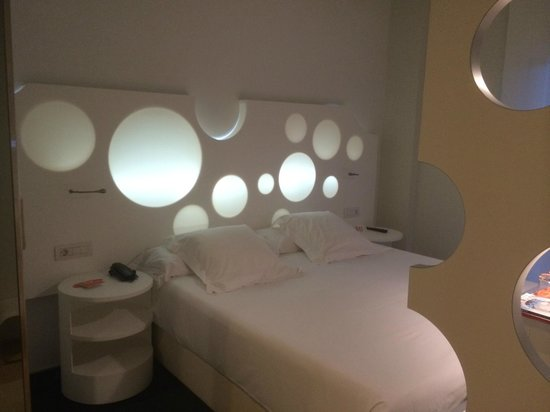 Room Mate Pau: кровать