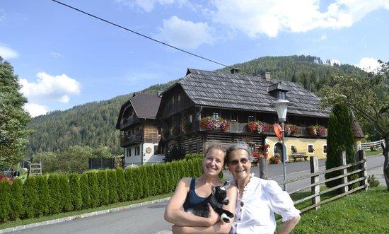 Bauernhof Ottingerhof: Omi und Sylvi mit unserer Zwergziege Meggy