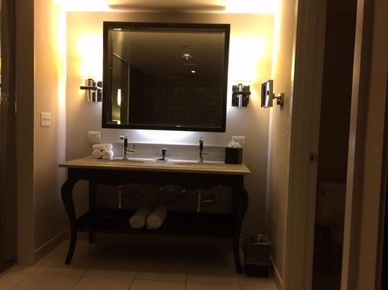 Hard Rock Hotel and Casino: HRH Tower Corner King Suite- bathroom