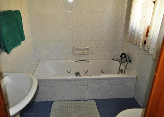 Ta' Pawlu  Farmhouse: Bathroom ensuit - with jacuzzi