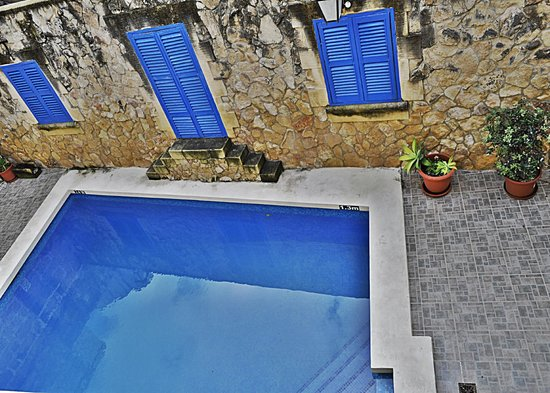 Ta' Pawlu  Farmhouse: The outside pool