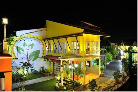 D'Brug Home Stay: Hotel view at night from the river bridge