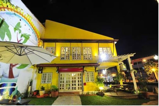 D'Brug Home Stay: Hotel view at night from the street