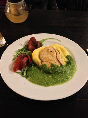 Skliautas : breast of chicken served on a bed of mashed potato with spinach sauce....nicely presented and ta
