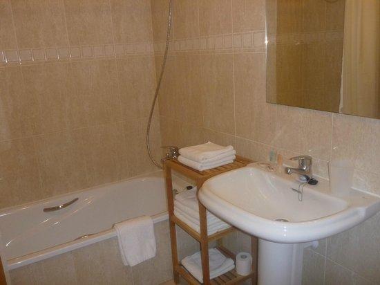 Apartamentos Lido: clean bathroom