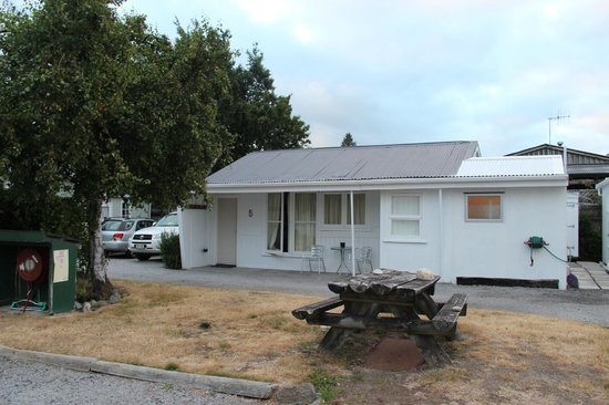 Waitahanui Lodge: Unit 5 (seen from the front of unit 2/3). Car parked beside the unit.