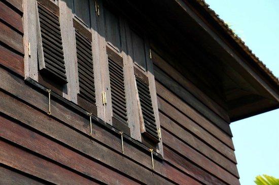 Marndadee Heritage River Village: Rustic Windows
