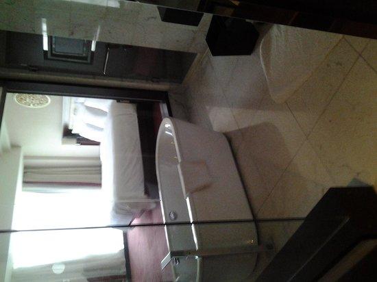 Renaissance Beijing Capital Hotel: Beautiful Bath area!!!!
