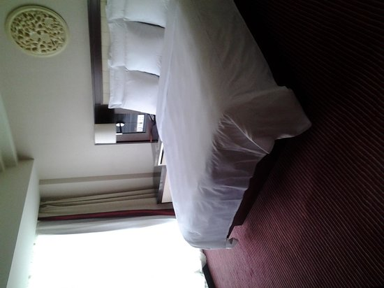 Renaissance Beijing Capital Hotel: King size bed very COMFORTABLE