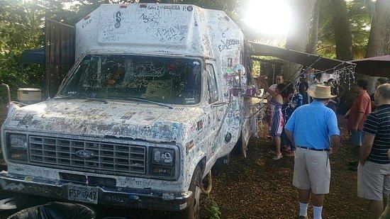 Giovanni's Shrimp Truck: 落書きだらけのお店