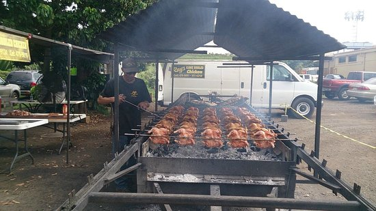 Ray's Kiawe Broiled Chicken : 焼いてる人熱そうでした。