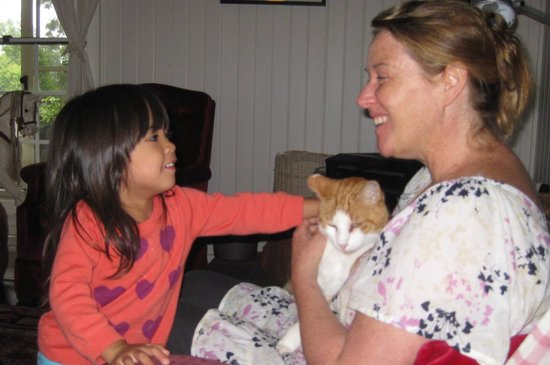 Huskisson Bed and Breakfast: Our girl with Chester the cat and our lovely host Kate