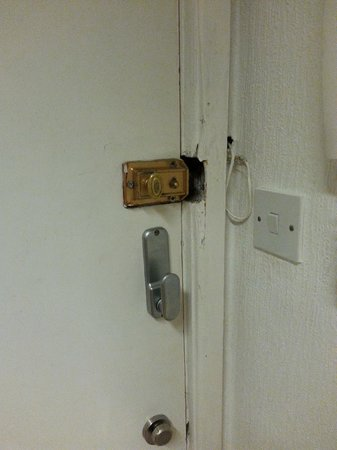 Hendam House Hotel: The unworking locks on the room door