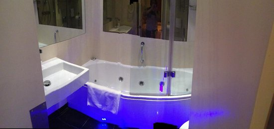Rhodes Hotel: Beautifully appointed bathroom with jacuzzi tub!