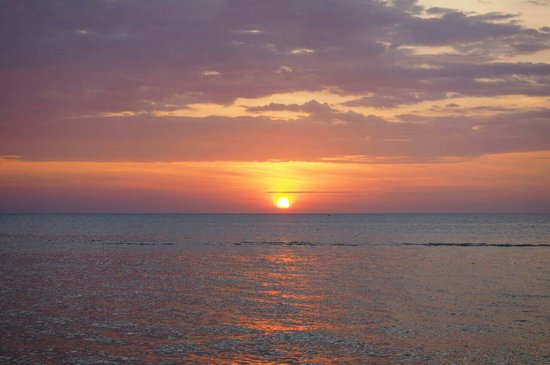 Sunset Bar at Shangri-La's Tanjung Aru Resort and Spa: Sunset is short but romantic , atmosphere stops awhile