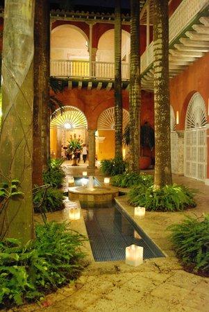 Casa Pestagua Hotel Boutique, Spa: En la zona del resto, encienden velas por las noches