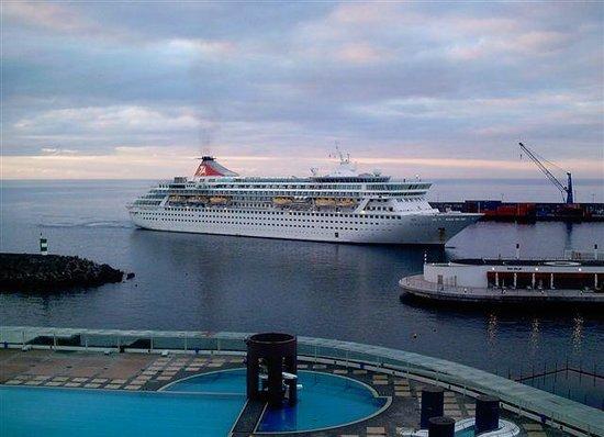 Hotel Marina Atlantico: Blick vom Balkon. Einlaufendes Kreuzfahrschiff