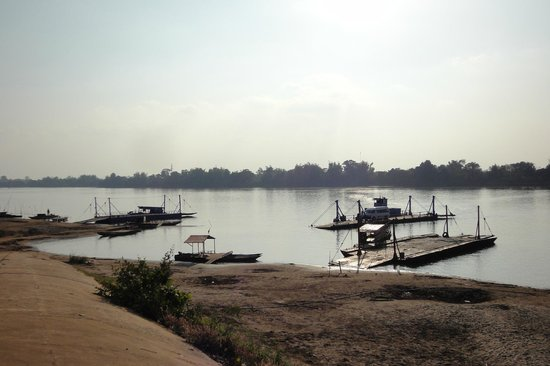 Don Khong, Laos: コーン島へは渡し船で行く。
