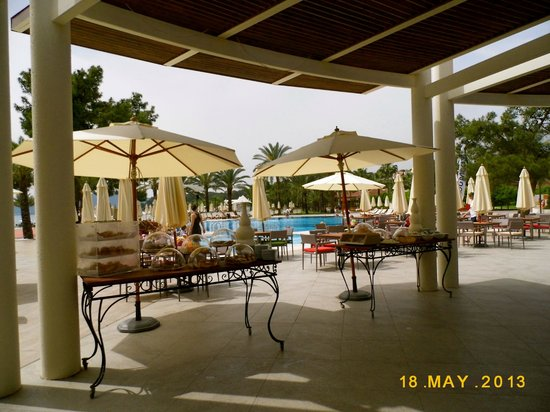 Club Med Palmiye: Breakfast Late-commers Buffet by bar and pool