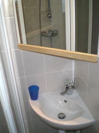 Hotel Alp'azur : Lavabo digne d'un crachoir ou d'un lave main