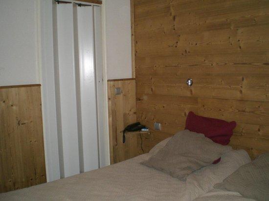 Hotel Alp'azur : un 3 étoiles avec une salle de bain qui ferme avec une porte accordéon!!!