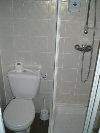 Hotel Alp'azur : si petite qu'on peut être aux toilettes, prendre sa douche et se laver les dents en même temps!