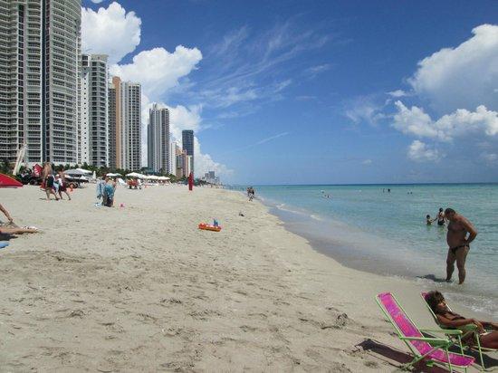 Days Hotel - Thunderbird Beach Resort: beach in front of the hotel