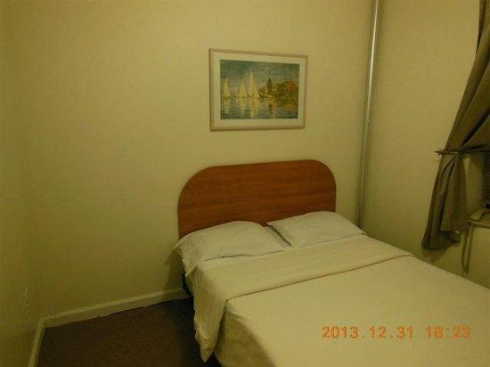 Morningside Inn: ベットと問題の暖房配管