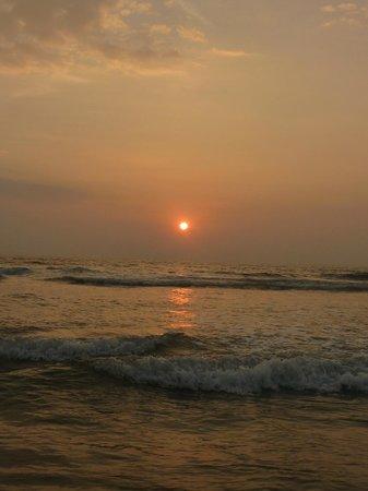 Sobaco Nature Resort : Бесплатный тук тук привозит в кафешку на пляже с таким вот закатом