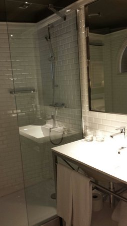 Hotel Granvia: Bathroom..the shower divider is too small. Prepsre to use atlesst 2 towels for the floor floodin