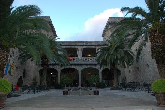 Parador de Jarandilla de la Vera: Patio interior y terraza.