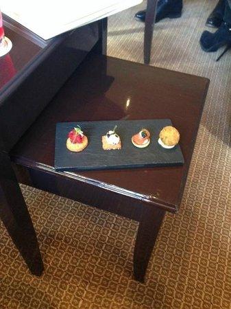 Belmond Le Manoir aux Quat'Saisons: Canapes in the lounge