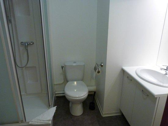 Zenitude Hôtel-Résidences Les Hauts du Chazal: Salle de bain