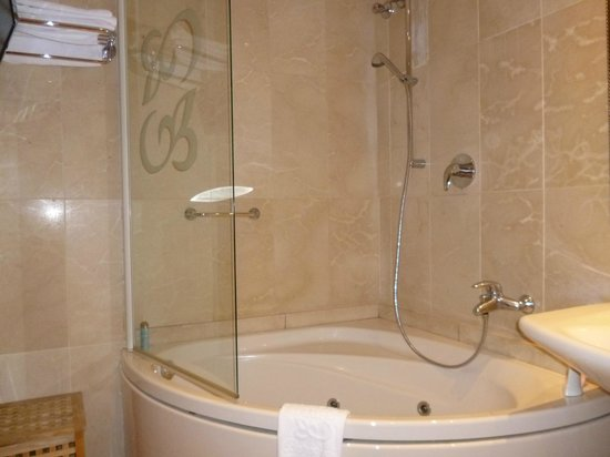 Hotel Roger De Lluria Barcelona: what a bath! Loved the overhead shower too -- like being under a warm waterfall!