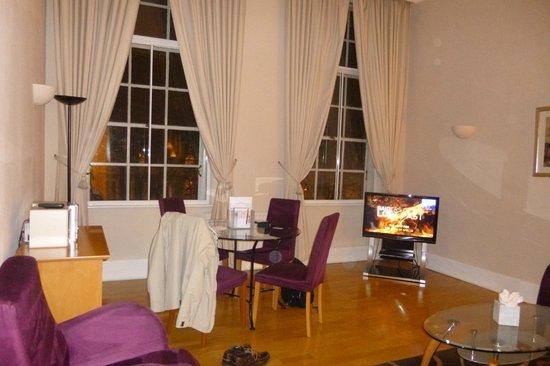 Citadines St Mark's-Islington London : séjour spacieux avec table 4 personnes et canapé