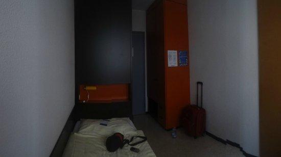 City Hostel Geneva : шкаф для вещей