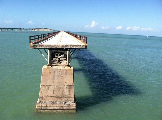 Seven Mile Bridge: View of the rest of 7 Mile Bridge through the fence at Pigeon Key.