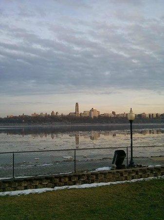 كومفرت إن: View of Manhattan From My Room