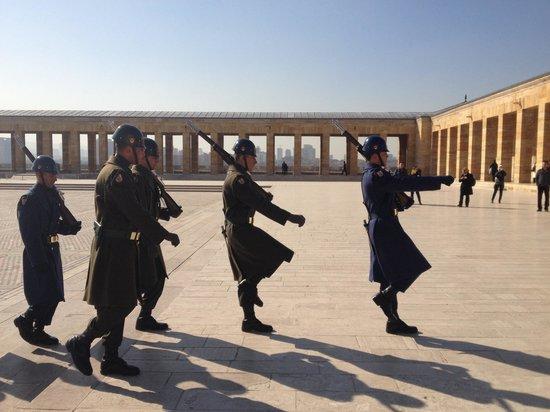 Le mausolée Anitkabir : Military march