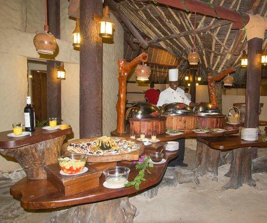 Pinewood Beach Resort & Spa: Repas le soir à la plage