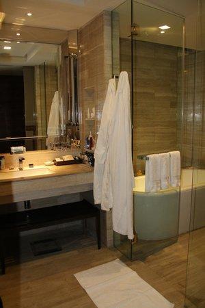 Hilton Sukhumvit Bangkok: Bathroom