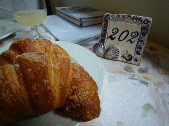 Hotel Riviera Blu: Detalhe na mesa de café da manhã: nr do apartamento!