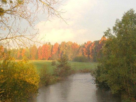 Autheuil-Authouillet, França: L'Eure coule dans le village d'Yves Montand et de Simone Signoret