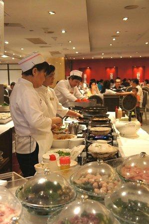 Metropol Restaurant: フロア中央部の調理コーナー